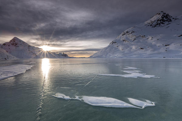 lago bianco ghiacciato bernina