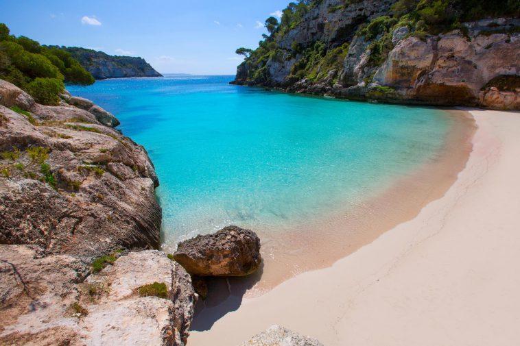 A Menorca una bella spiaggia